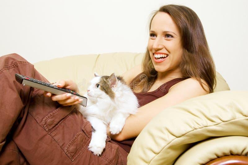 Frau, die mit ihrer Katze fernsieht lizenzfreie stockbilder