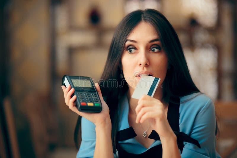 Frau, die mit Kreditkarte durch das Zahlen von Positions-Anschluss zahlt stockfoto