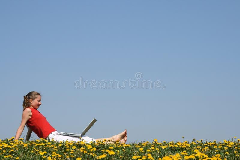 Frau, die mit Laptop sich entspannt stockbilder