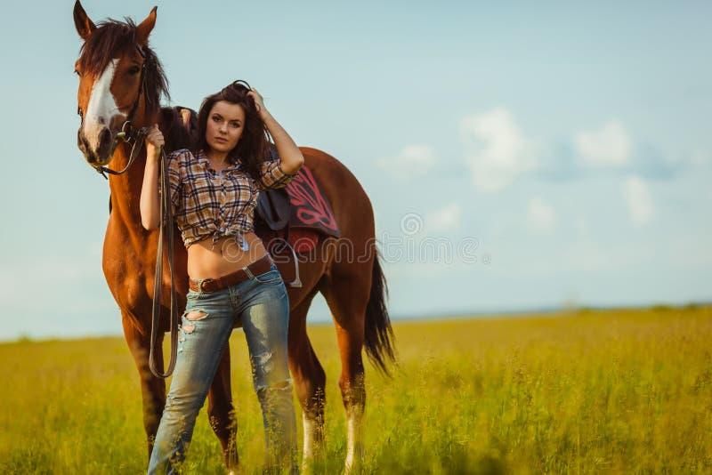 Frau, die mit Pferd aufwirft stockbild
