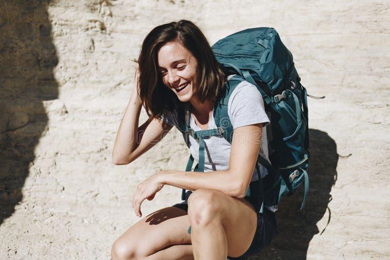 Frau, die mit Rucksacktrekking reist stockbild