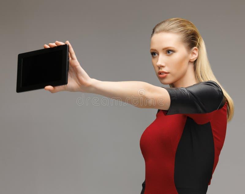 Frau, die mit Tabletten-PC arbeitet lizenzfreies stockbild