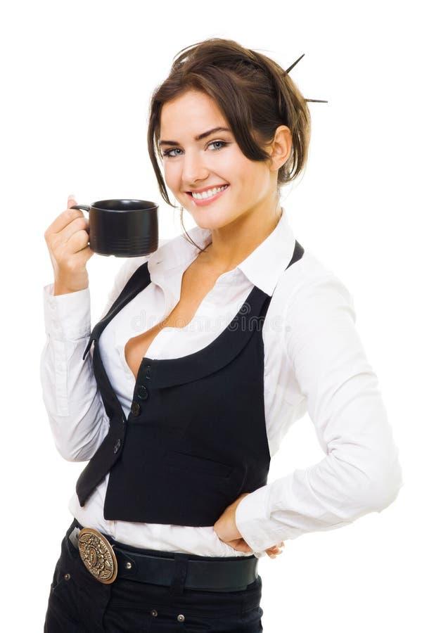 Frau, die mit Tasse Kaffee, Lächeln und Blick steht lizenzfreies stockbild