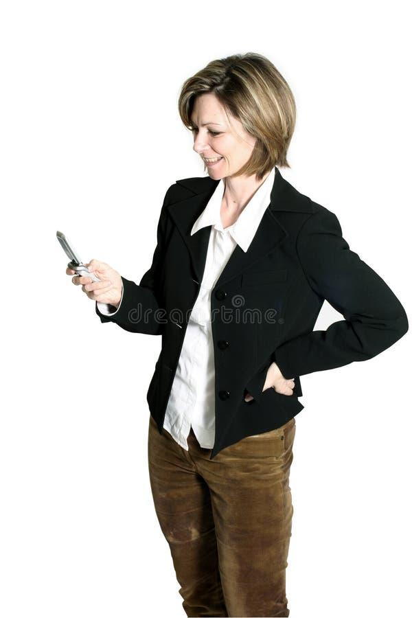 Frau, die Mobiltelefon betrachtet lizenzfreie stockbilder
