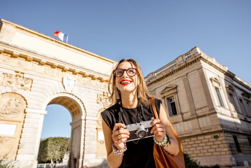 Frau, die in Montpellier-Stadt, Frankreich reist stockfotografie