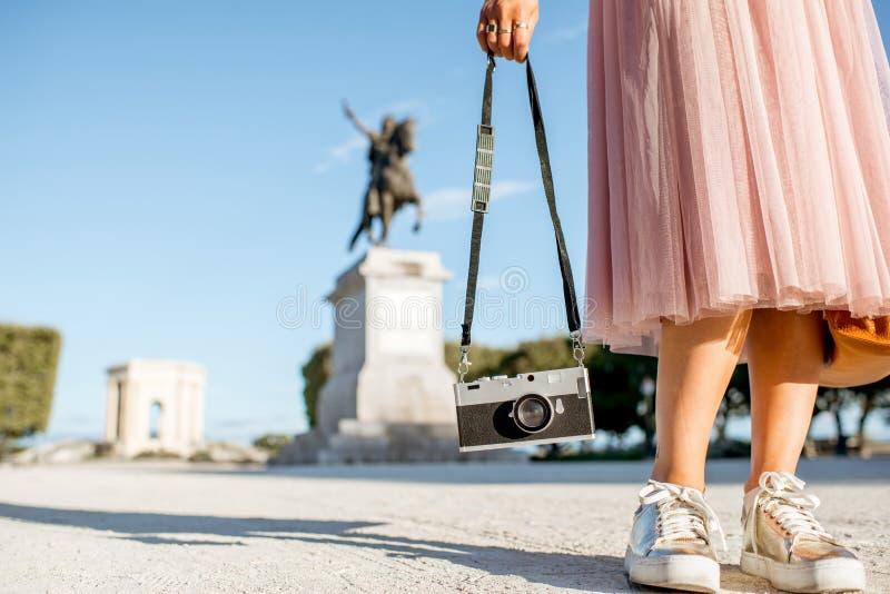 Frau, die in Montpellier-Stadt, Frankreich reist lizenzfreies stockbild