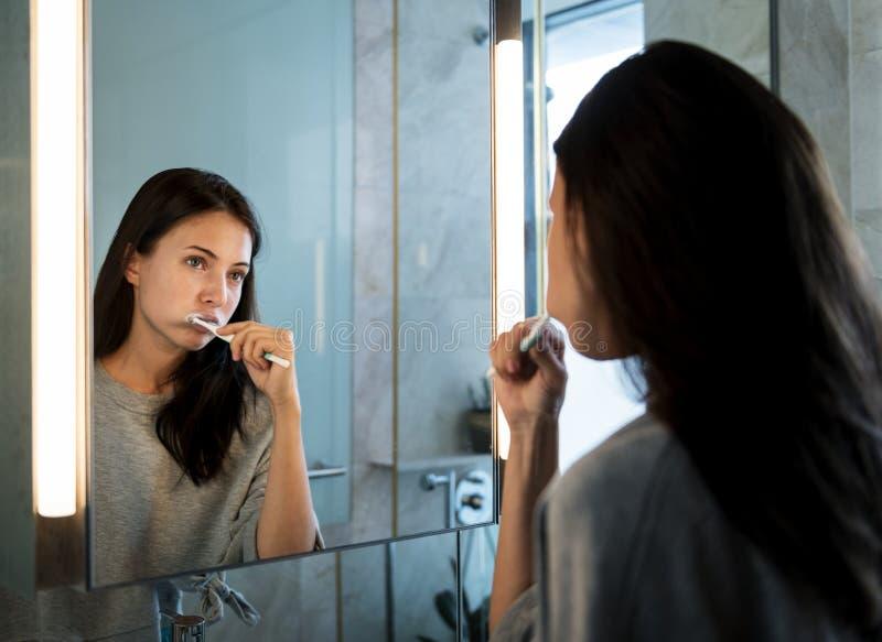 Frau, die morgens ihre Zähne putzt stockfoto
