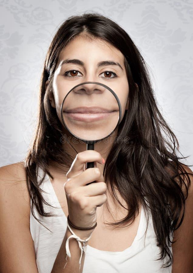 Download Frau, Die Mund Durch Vergrößerungsglas Zeigt Stockbild - Bild von jung, wenig: 27728953