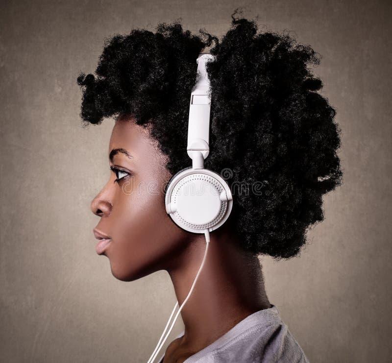 Frau, die Musik hört lizenzfreies stockfoto