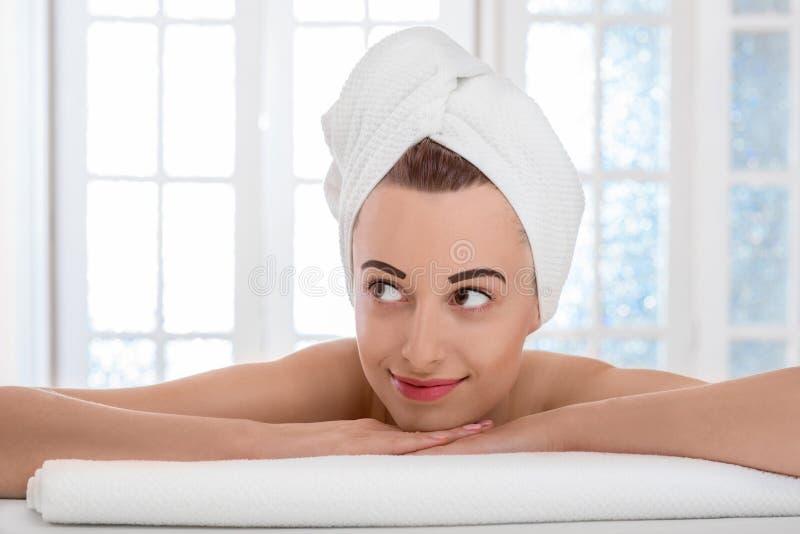 Frau, die nach dem Bad sich entspannt lizenzfreies stockbild
