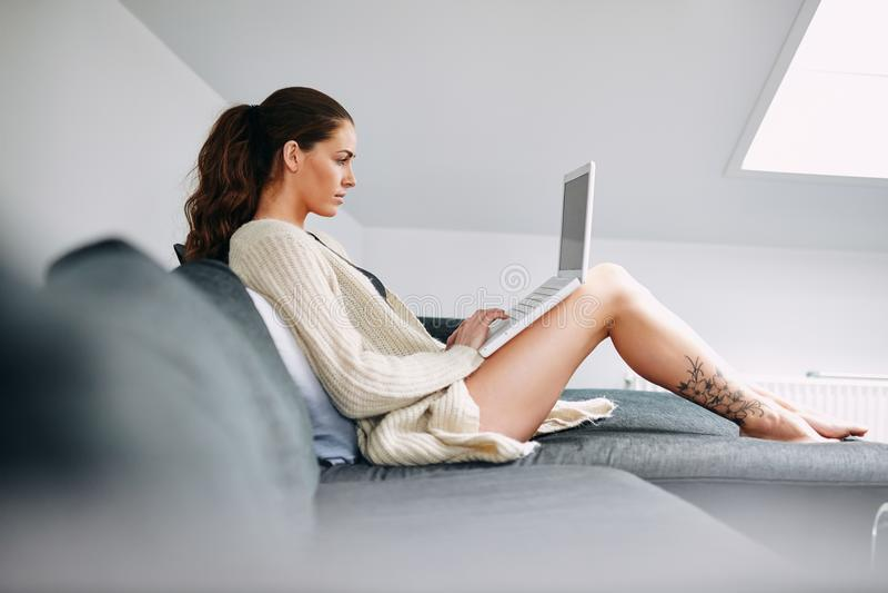 Frau, die nach etwas Informationen über Internet sucht lizenzfreie stockbilder