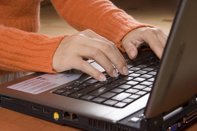 Frau, die nach Hause arbeitet (näher) lizenzfreie stockfotos
