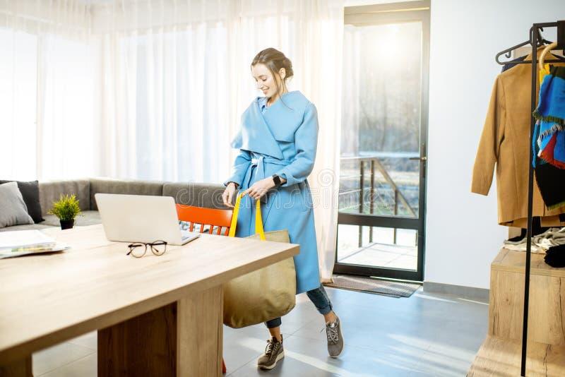 Frau, Die Nach Hause Nach Arbeit Kommt Stockfoto - Bild