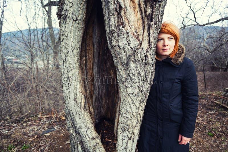 Frau, die nahe altem Baum steht stockbilder
