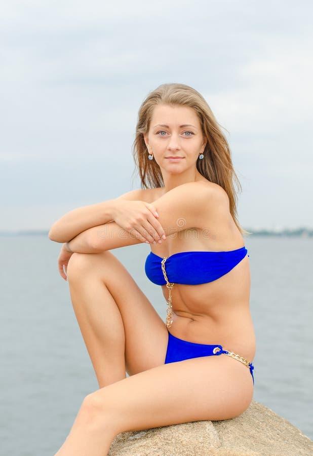 Frau, die nahe dem Meer aufwirft lizenzfreie stockfotografie