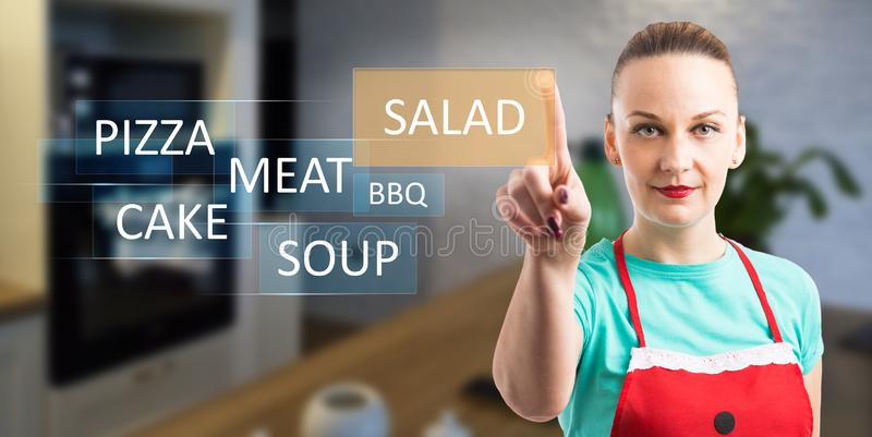 Frau, die Nahrung auf unsichtbarer Anzeige wählt lizenzfreie stockbilder