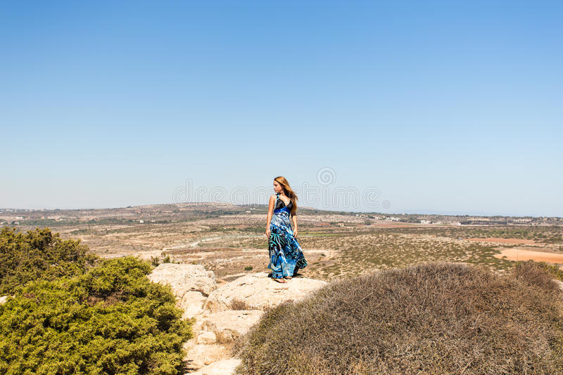 Frau, die Natur genießt lizenzfreies stockfoto
