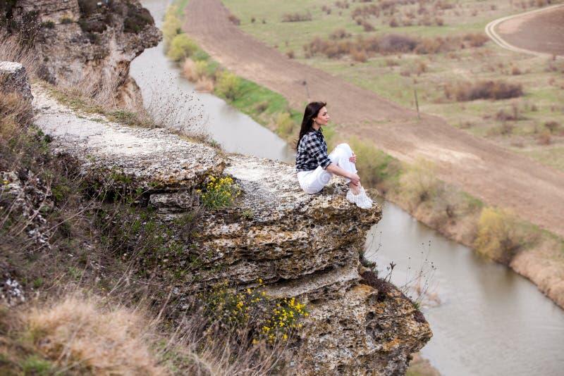 Frau, die Natur genie?t Reise- und Wanderlustkonzept stockbild