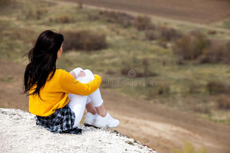 Frau, die Natur genie?t Reise und Wanderlustkonzept sch?ne junge Frau, die sich drau?en entspannt nave Gl?ckliches Reisendm?dchen lizenzfreies stockbild