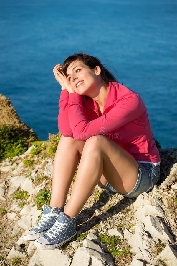 Frau, die am Natursommertag sich entspannt stockfoto