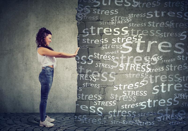 Frau, die negative Gefühle und Druck blockiert stockfotografie