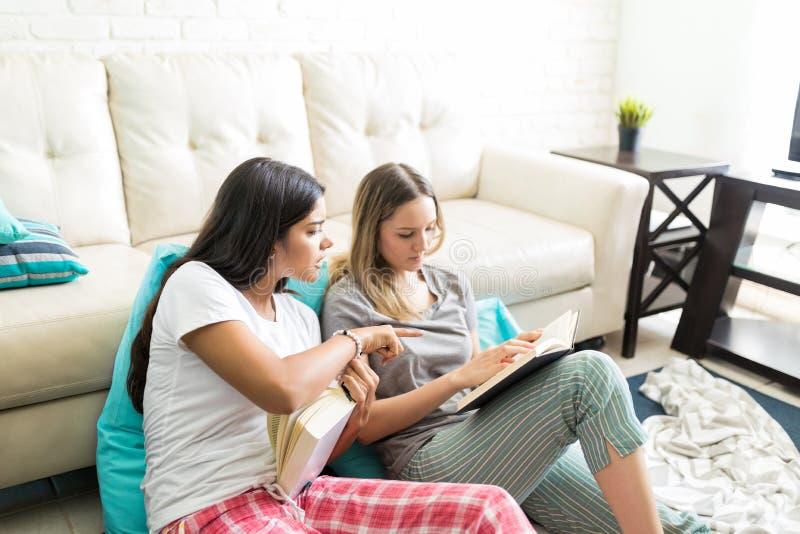 Frau, die neue Geschichte Freund beim Lehnen auf Sofa erklärt lizenzfreies stockfoto