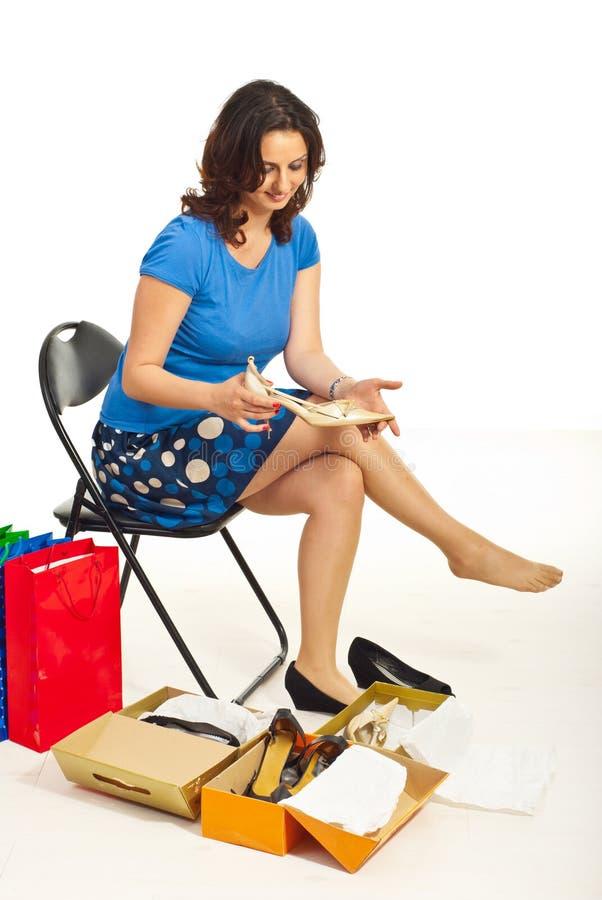 Frau, die neue Schuhe anhält stockfotos