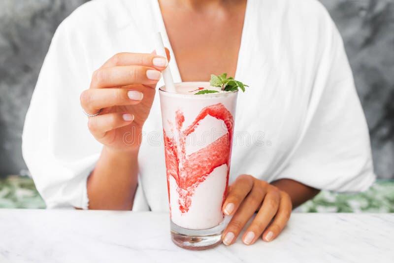 Frau, die neuen geschmackvollen kalten Milchshake trinkt lizenzfreies stockfoto
