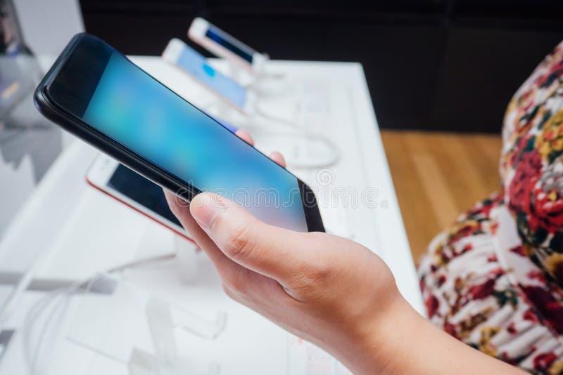 Frau, die neuen mobilen Smartphone wählt lizenzfreie stockfotografie