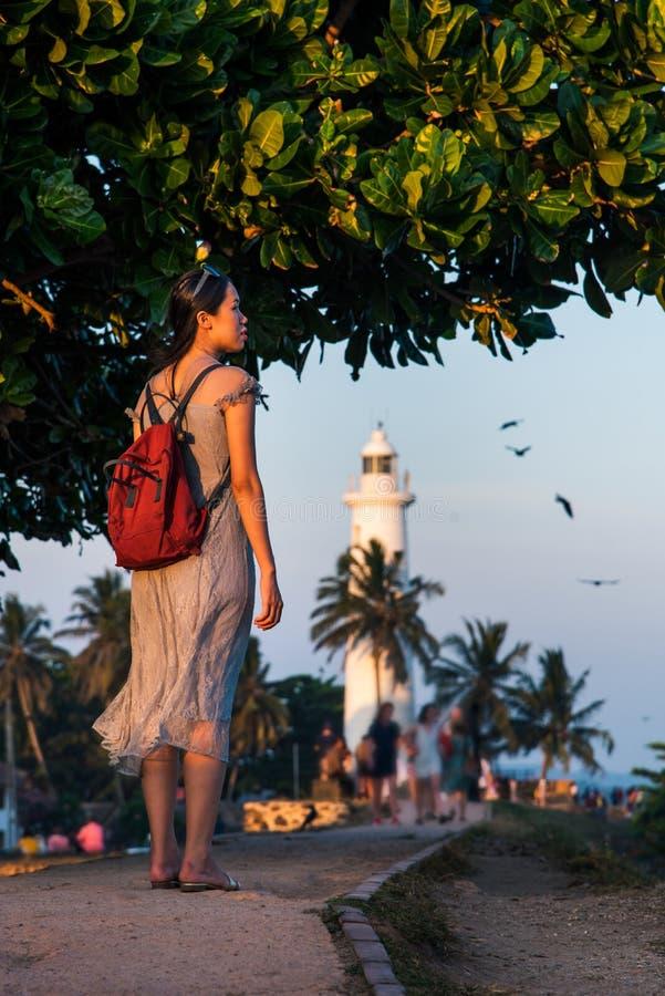 Frau, die niederländisches Fort Galles in Sri Lanka besucht stockfoto