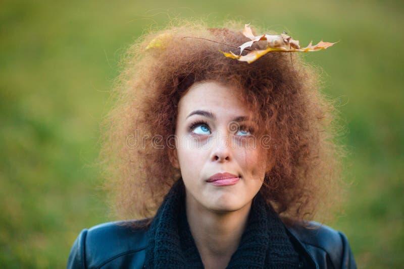 Frau, Die Oben Auf Urlaub In Ihrem Gelockten Haar Schaut