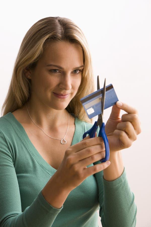 Frau, die oben Kreditkarte schneidet stockbilder
