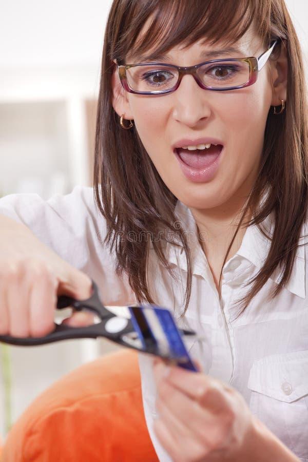 Frau, die oben Kreditkarte schneidet lizenzfreies stockbild