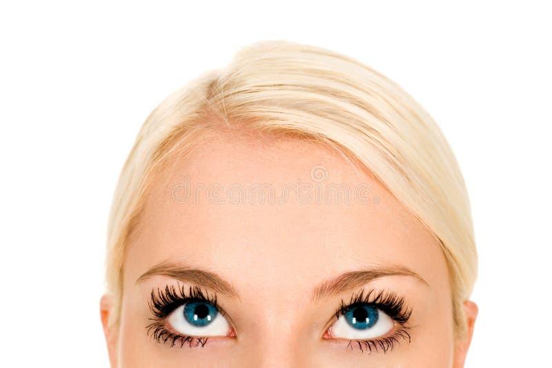 Frau, die oben schaut stockbild