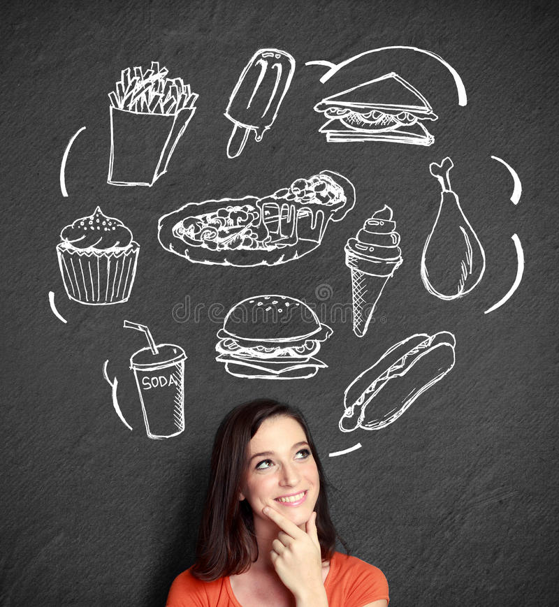 Frau, die oben schaut, denkend was zu essen stockfotos
