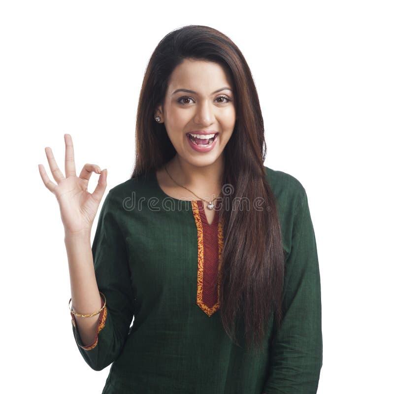 Frau, die okay Zeichen und das Lächeln zeigt lizenzfreie stockbilder