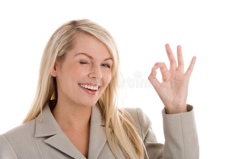 Frau, die okayzeichen anzeigt stockfotografie