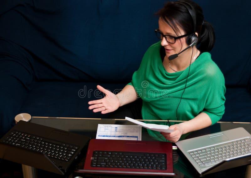 Frau, die online arbeitet lizenzfreie stockfotografie