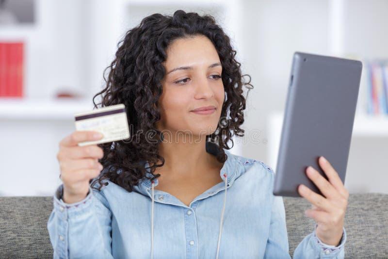 Frau, die online auf Laptop kauft stockbilder
