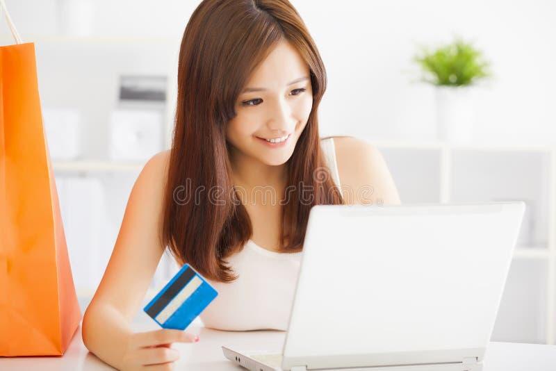 Frau, die online mit Kreditkarte und Laptop kauft lizenzfreie stockfotos