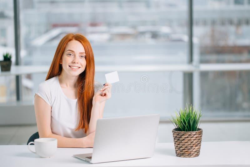 Frau, die online zu Hause kaufen mit ihrem Laptop tut stockbild