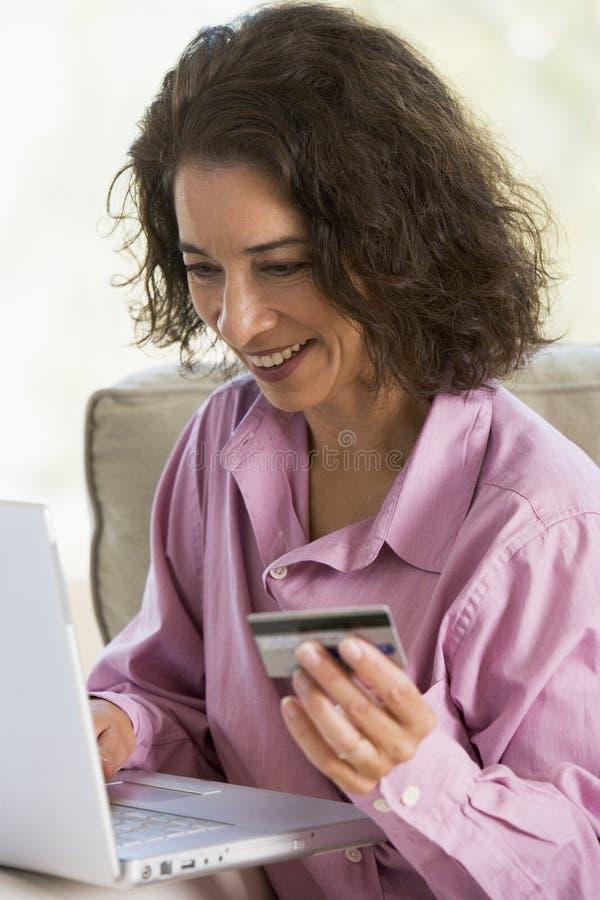 Frau, die Onlinekauf abschließt lizenzfreie stockfotografie