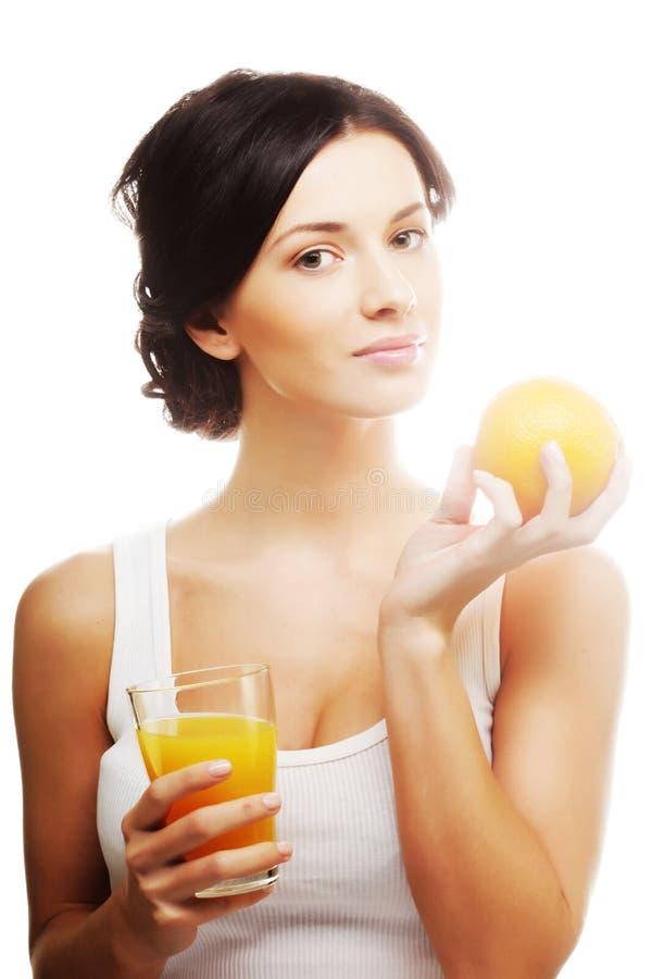 Frau, die Orange und Saft hält lizenzfreies stockbild