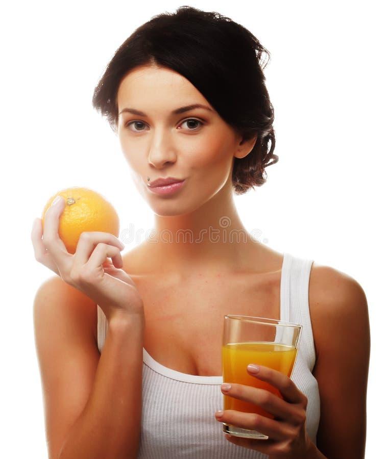 Frau, die Orangensaft hält lizenzfreies stockfoto