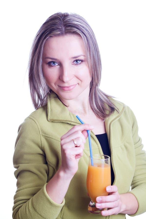 Frau, die Orangensaft trinkt lizenzfreies stockfoto