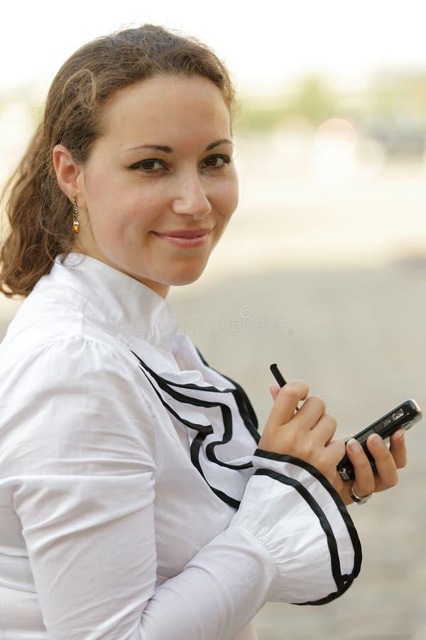 Frau, die Organisator verwendet lizenzfreie stockbilder