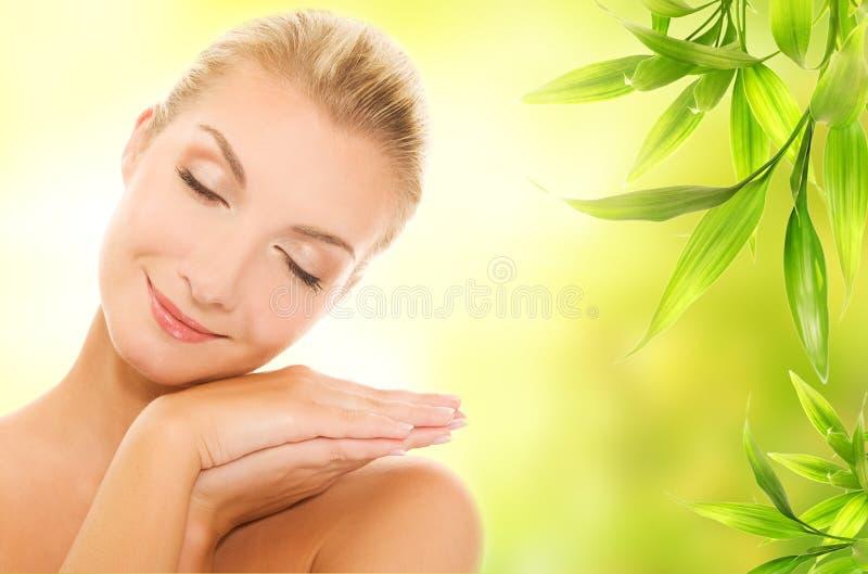 Frau, die organische Kosmetik aufträgt lizenzfreie stockfotos