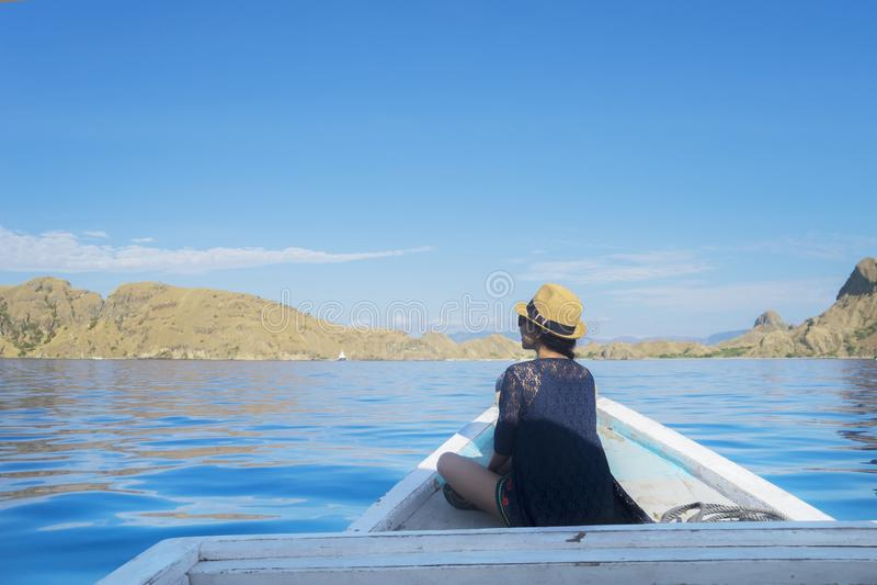 Frau, die Padar-Inselansicht vom Boot genießt lizenzfreie stockfotos
