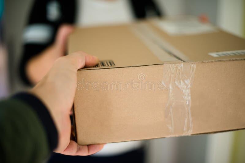 Frau, die Paket empfängt stockfotos