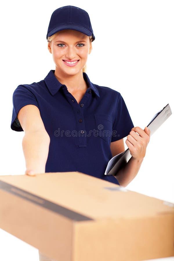 Frau, die Paket liefert lizenzfreie stockfotografie